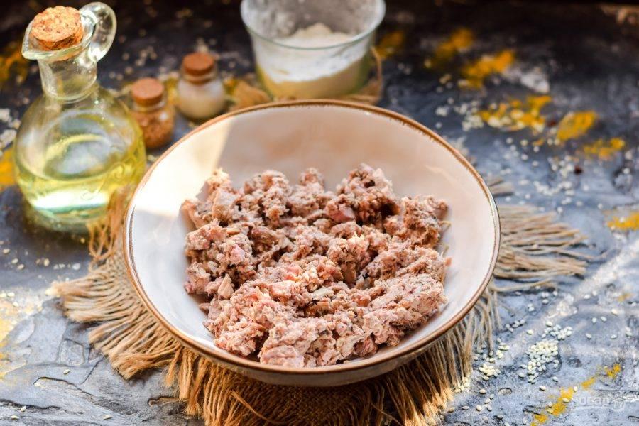 Свинину, говядину, курицу или индейку заранее отварите или запеките, после пропустите на мясорубке.