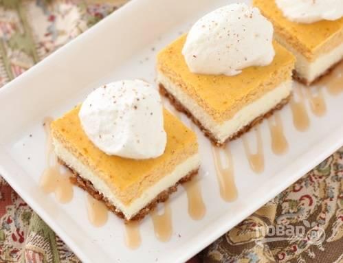 8. После остудите и нарежьте небольшими квадратиками. Вот такие аппетитные пирожные получились. Перед подачей можно дополнить их сливками или любым топпингом по вкусу. Угощайтесь!