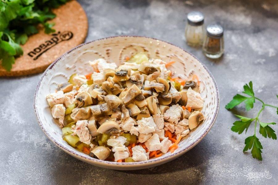 Маринованные шампиньоны нарежьте небольшими кусочками и добавьте в салат.
