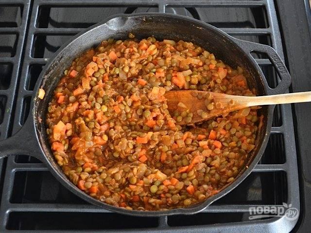 4.Добавьте в сковороду отварную чечевицу, затем влейте томатный соус, перемешайте и тушите 5-7 минут.
