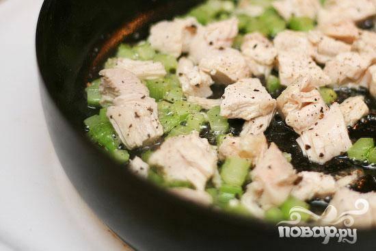4.  Добавить куриное мясо и хорошо приправить солью и перцем. Перемешать до однородности.