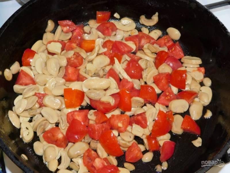 Нарезанные помидоры обжарьте с шампиньонами.