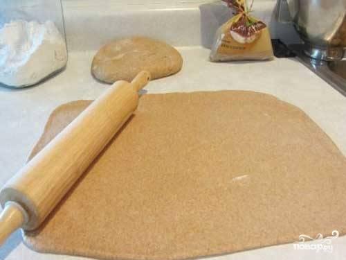 7. Разогрейте духовку и подготовьте противень, застелив его пергаментом. Раскатайте тесто на рабочей поверхности и с помощью специальных формочек или стакана вырежьте печеньки. Выложите их на противень, присыпьте коричневым или обычным сахаром и отправьте в духовку. Запекайте минут 10-12 до готовности.