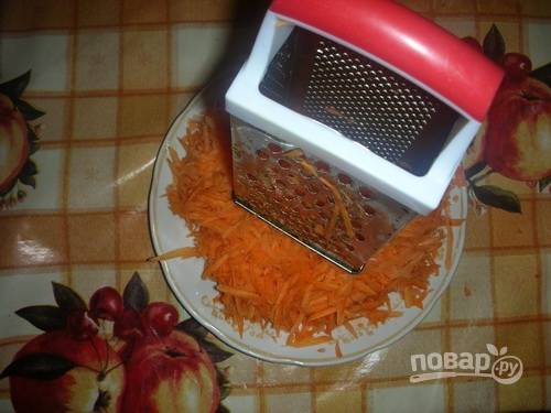 3. Очистите морковь и натрите на терке.