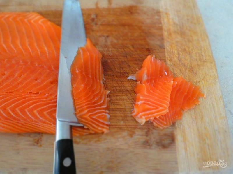 Теперь рыбу порежьте одинаковыми тонкими кусочками. Так филе скорее просолится.