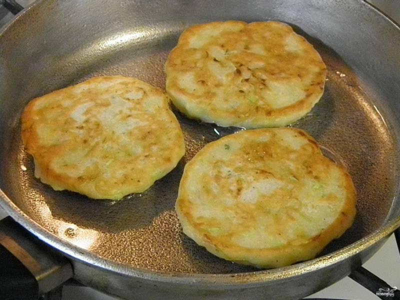 8. Выложите оладьи на сковороду, жарьте их с двух сторон до аппетитной корочки. Затем можно выложить на бумажное полотенце, чтобы убрать лишнее масло. Подавать их можно горячими, но и холодные они очень вкусные.