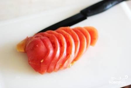 7.Далее нарезаем помидоры небольшими ломтиками.