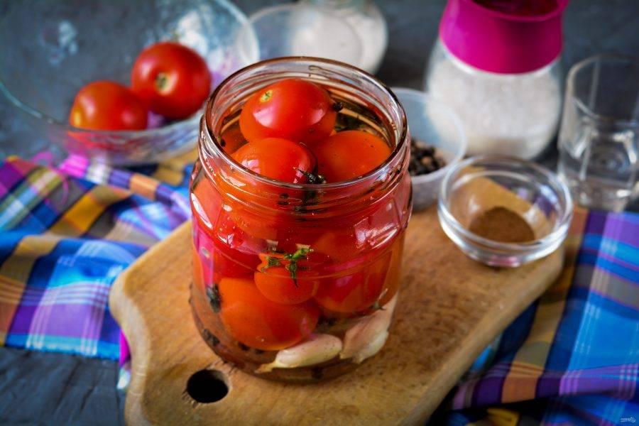 Воду вскипятите и залейте помидоры. Дайте постоять 10 минут.