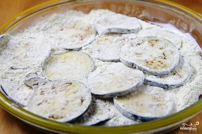 Засоленные баклажаны промываем проточной водой. Даем воде стечь, после чего баклажаны щедро панируем в муке.