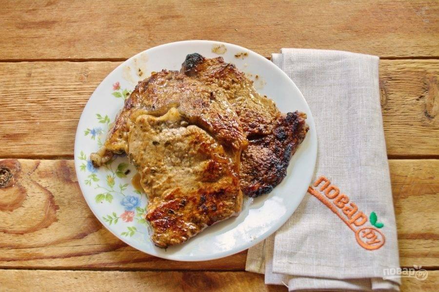 Через 20 минут извлеките мясо из маринада и обжарьте с двух сторон до корочки на очень горячей сковороде.