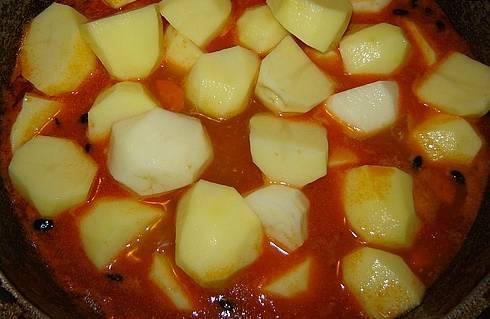 5. И вот, когда мясо уже практически готово, - добавляем картошку, и дальше тушим до готовности картошки.