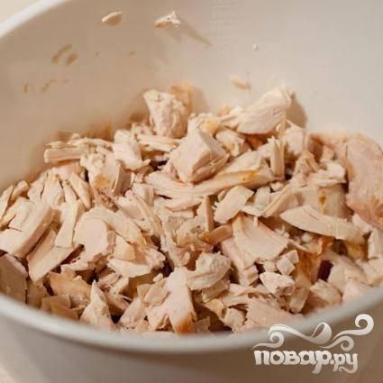 6. Добавить нарезанное мясо курицы или индейки. Если вы используете сырое мясо, варить его на среднем огне в течение 10 минут. В противном случае довести суп до кипения.