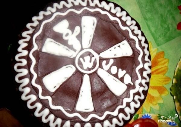 Белой мастикой доделайте рисунок. Отправьте торт на пару часов в холодильник. Приятного чаепития!