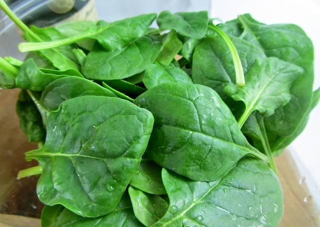 3. Тем временем можно вымыть и обсушить листики шпината. Используйте любую зелень, которая вам по душе.
