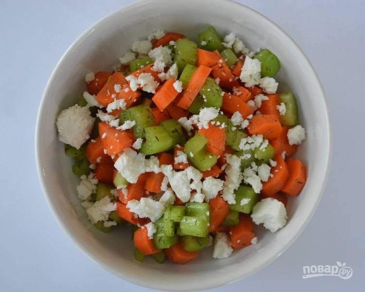 Теперь мелко крошим фету и подаем наш низкокалорийный и полезный салатик на стол.