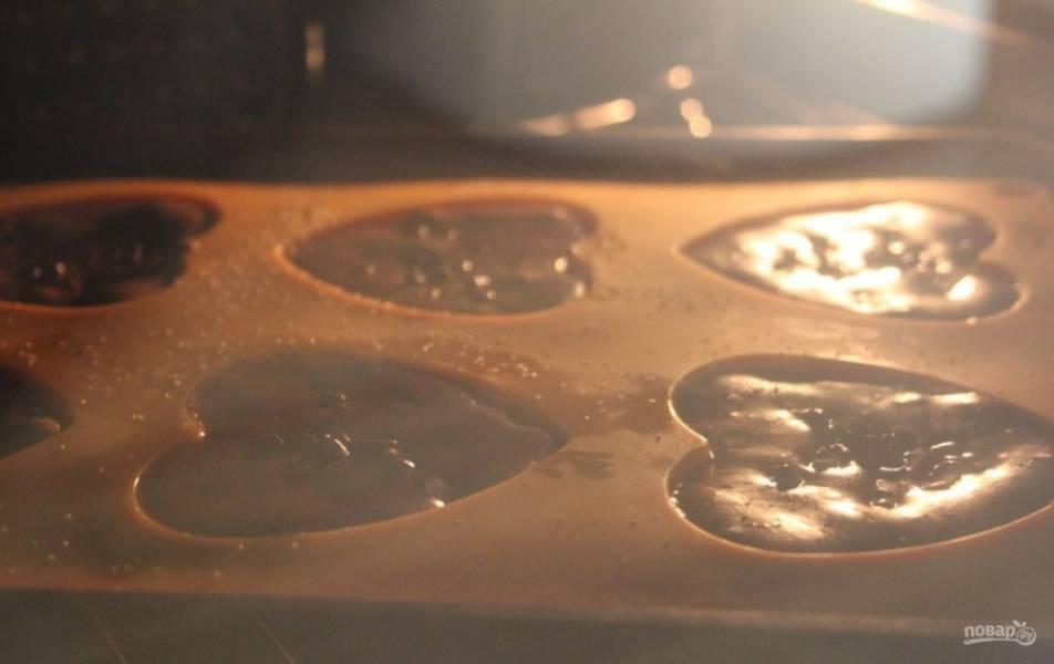 7.Выпекаю пирожные в разогретом до 180 градусов духовом шкафу 20-30 минут.