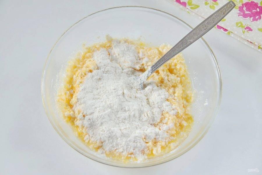 4. Добавьте частями муку. Муки может уйти чуть больше или меньше чем указано в рецепте, тесто должно быть достаточно мягкое и не липнуть к рукам.
