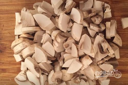 Грибы тщательно промываем и нарезаем пластинками.