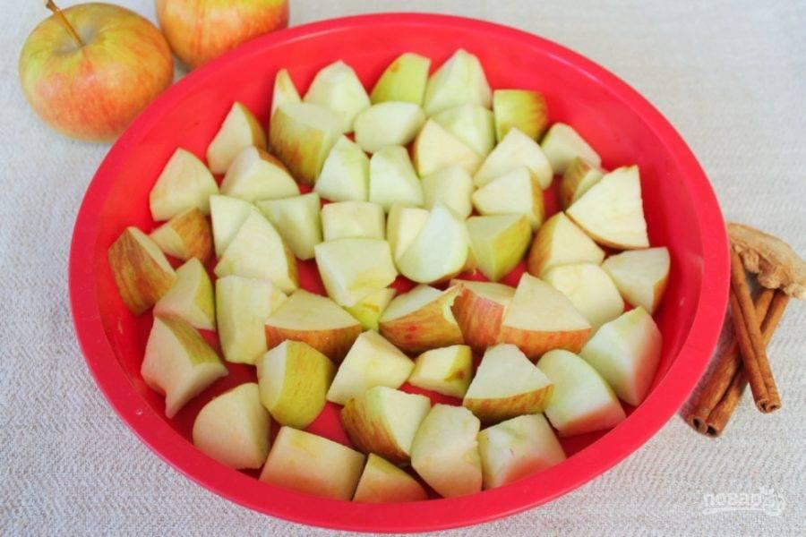 Яблоки режем крупно и выкладываем в силиконовую форму.