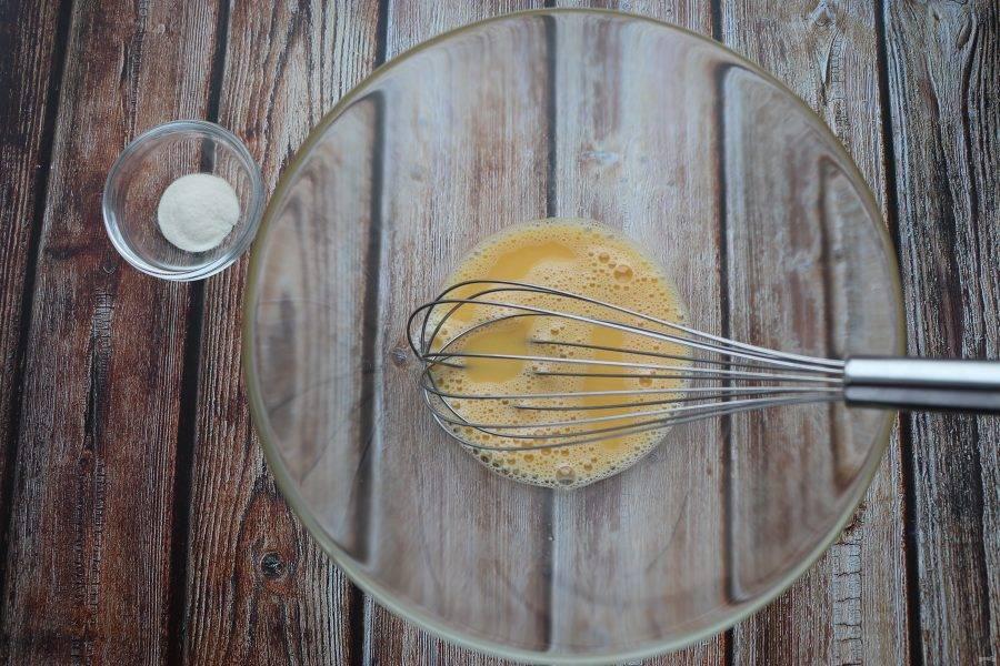 Яйцо взбейте, затем добавьте порошок стевии.