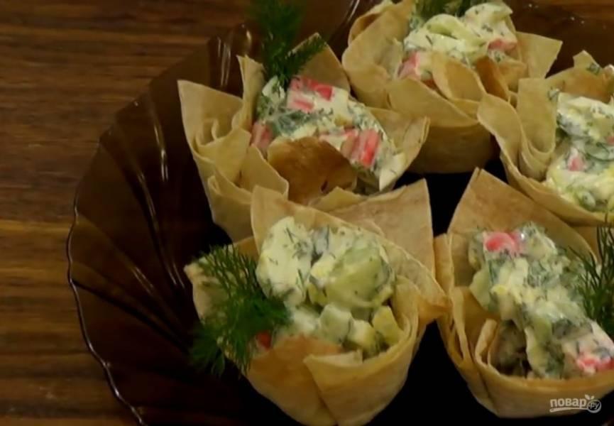 4. Хорошо перемешайте салат и начините им корзинки. Приятного аппетита!