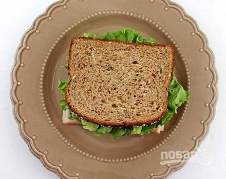 Аккуратно соедините оба кусочка хлеба вместе. Сэндвич готов!