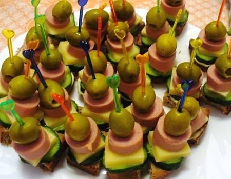 3. Традиционные бутерброды могут заменить небольшие канапе с хлебом, колбасой, сыром и овощами. Их можно подавать на маленьких шпажках, украсив зеленью. Вырезать ингредиенты можно обыкновенными квадратиками или с использованием формочек для печенья.