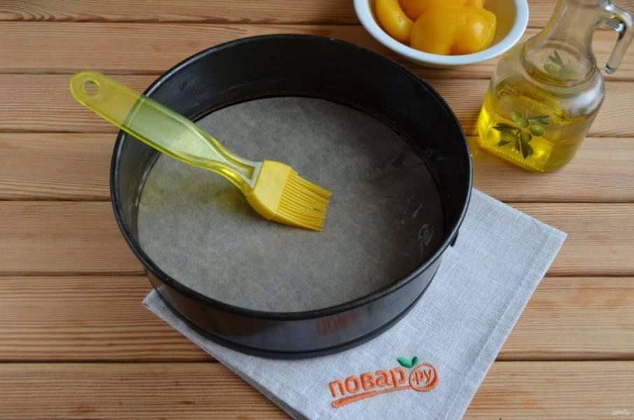 7. Смажьте форму растительным или сливочным маслом.