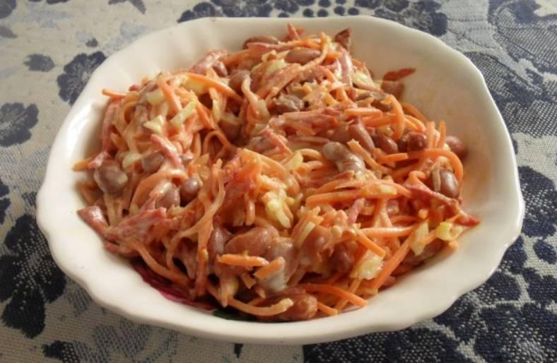 Заправьте салат майонезом, посолите и поперчите по вкусу. Тщательно перемешайте его и немного охладите перед подачей на стол. Приятного аппетита!