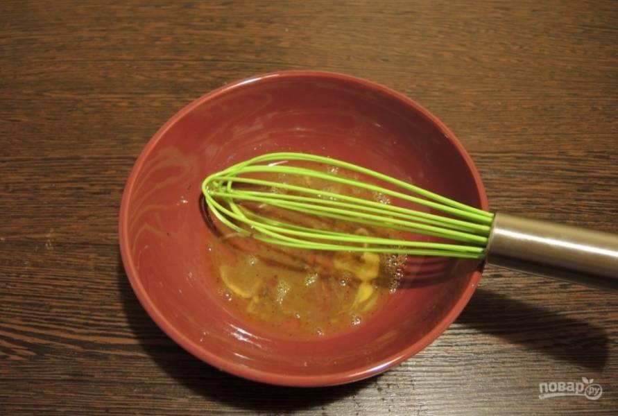 В миске взбейте яйцо с перцем и соевым соусом.
