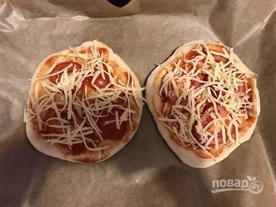 8. Помидор нарезаем кольцами и укладываем сверху. Посыпаем оставшейся частью натертого сыра.