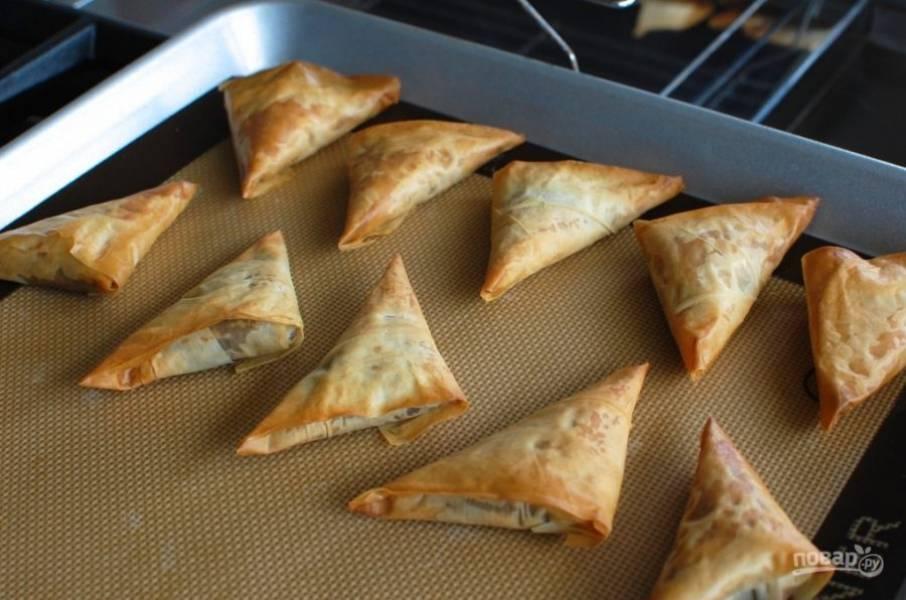 7.Отправьте пирожки на 10-15 минут в разогретую до 180 градусов духовку.