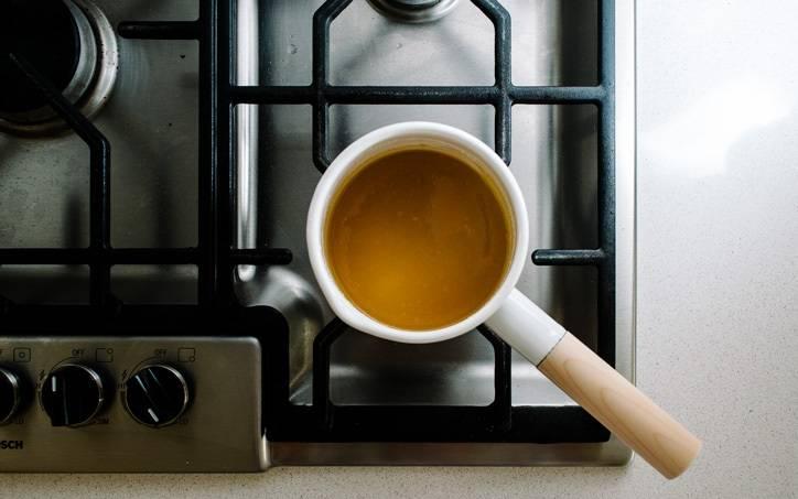 3. Теперь можно заняться карамелью. Для ее приготовления в небольшом сотейнике соединить воду, сахар, мирин и немного соевого соуса. Довести до кипения и проварить немного до приятного золотистого цвета. Снять с огня.