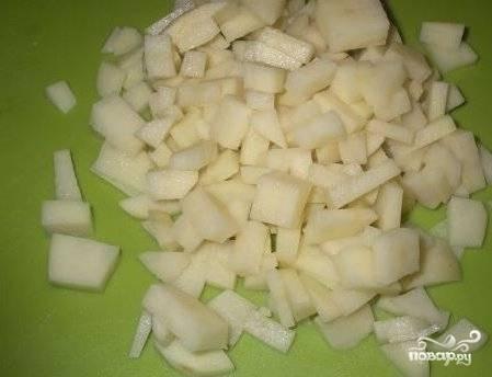 3. Нарезаем картофель кубиками.