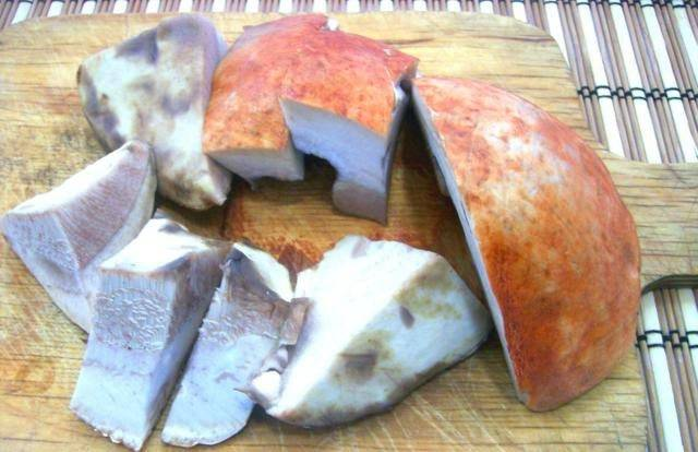 Грибы очищаем и моем. Также можно замочить их в холодной воде на 1 час. Затем порежьте грибы кусочками.