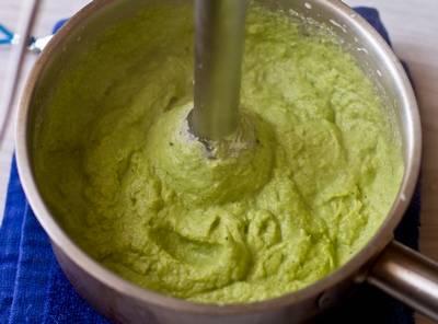 5. Если пользуетесь современной техникой, то взбивать можете все сразу, а если ручной - то сразу взбейте картофель, а затем капусту, после чего соедините.