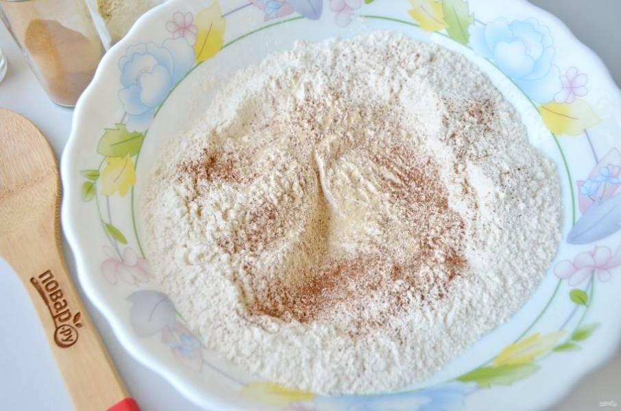 3. Муку соедините с корицей, имбирем и щепоткой соли. Перемешайте.
