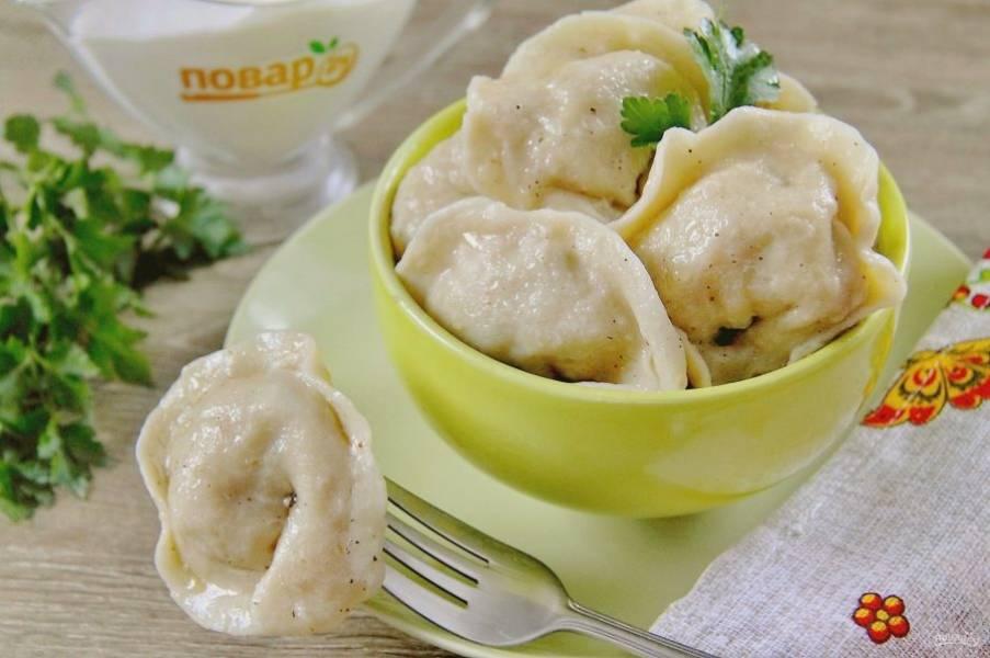 Пельмени получаются очень вкусные и сочные. Подавайте их со сметаной, сливочным маслом или любым любимым соусом. Приятного аппетита!
