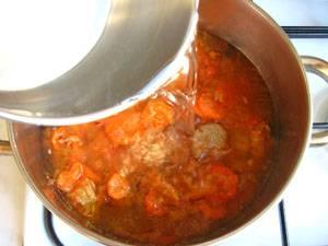 11. Теперь прямо из сковороды мясо с овощами перекидываем в кастрюлю, заливаем водой. солим, перчим, даем закипеть, а потом  варим 15 минут на медленном огне.