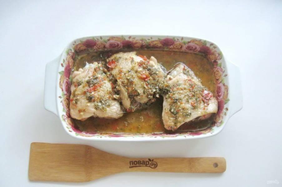 Форму накройте фольгой и запекайте курицу в духовке, заранее разогретой до 180-185 градусов 40-45 минут.