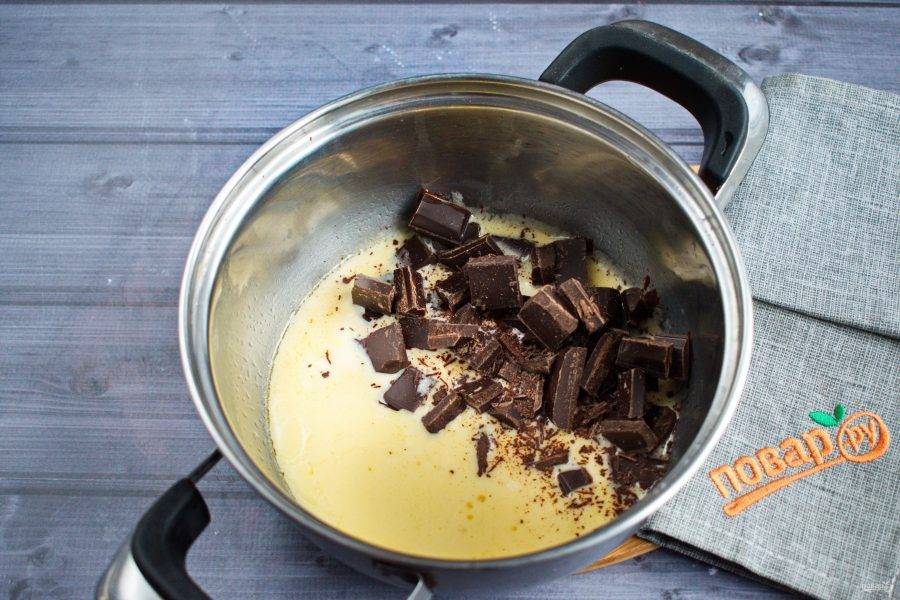 Сливки и сливочное масло доведите до кипения, снимите с огня. Добавьте шоколад, поломанный на кусочки.