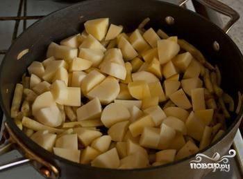 Затем в фасоль добавить картофель, посолить.