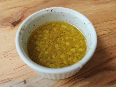 2. Лимон вымыть и выжать из него сок. Соединить сок с чесноком, растительным маслом, солью, черным и острым перцем. Все как следует перемешать.