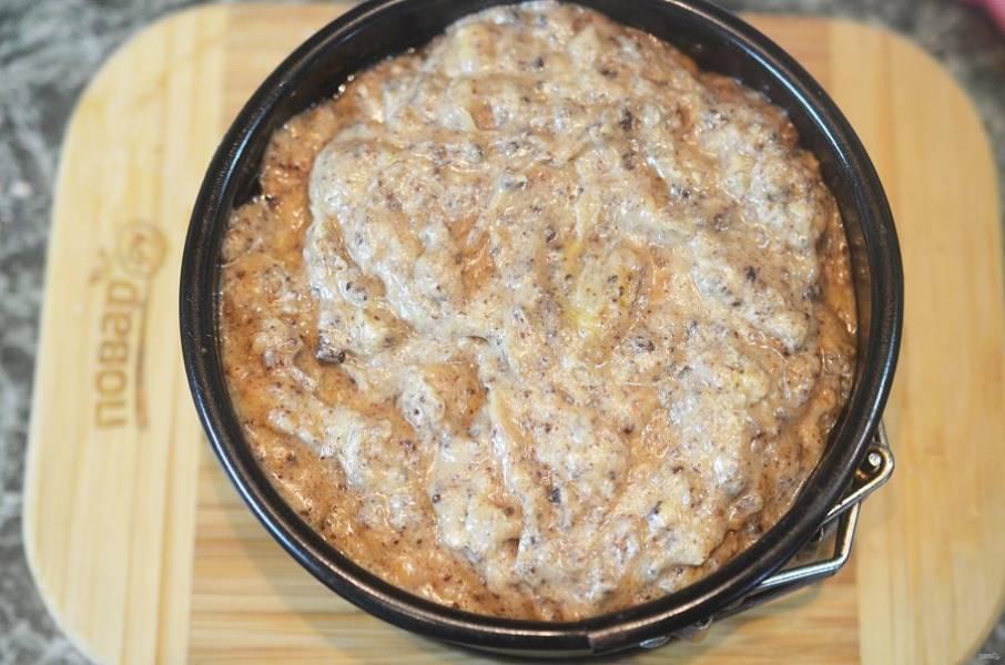 Выложите тесто в форму,смазанную маслом или застеленную пергаментом.