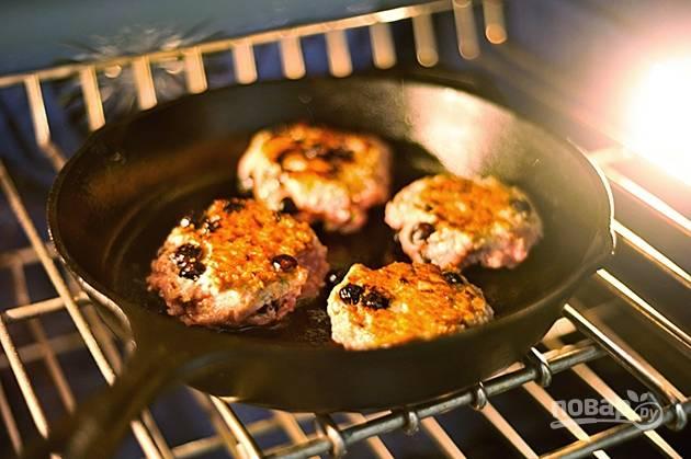 9.Отправьте сковороду с котлетками в разогретую до 180 градусов духовку и запекайте их еще около 7-10 минут.