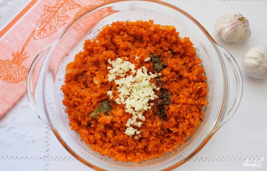 Пересыпаем морковь в кастрюлю к луку. Перемешиваем и ставим в духовку, нагретую до 180 градусов. Через 10 минут достаем икру и добавляем чеснок и молотый перец. Перемешиваем и отправляем в духовку еще на 3 минуты.