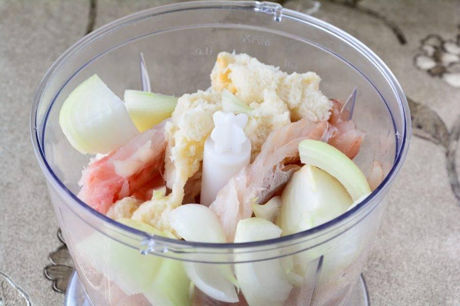Сложите чашу блендера кусочки минтая, нарезанный кусочками лук и вымоченный в воде батон.
