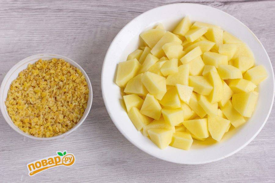 Булгур промойте несколько раз. Картофель очистите, помойте и нарежьте небольшими кусочками. Добавьте булгур и картофель в бульон с фрикадельками. Пока всё варится, приготовим заправку для супа.
