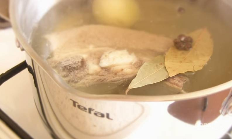 2. За 10 минут до готовности добавьте лавровый лист, душистый перец. Затем выньте мясо, а бульон процедите.