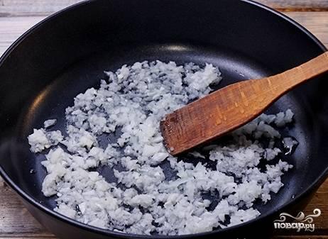 Разогреваем сковороду с растительным маслом и выкладываем в нее лук. Обжариваем на огне чуть больше среднего минуты 3-4.